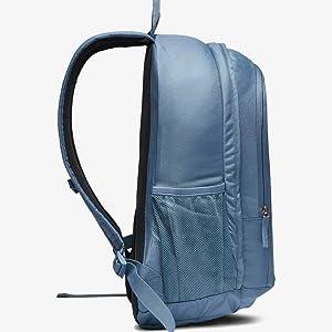 Amplio espacio de almacenamiento. La mochila Nike ...