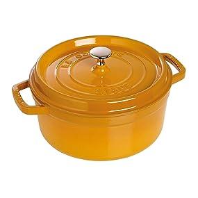 Disponible en diferentes colores naturales para lucir su mesa al servir directamente en la cocotte.