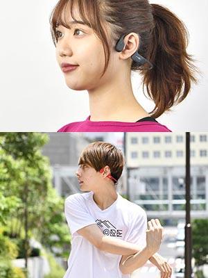 (上)耳穴は塞がず、適度な側圧で耳穴近くにあてがわれる形で装着。先端部分に振動板が内蔵されている (下)音楽を自然体で楽しむことができるのが、骨伝導イヤホンの醍醐味だ
