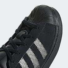 Esta zapatilla presenta una parte superior de ante y un estampado en degradé en la lengüeta y las 3 bandas. La legendaria puntera de goma y la suela con ...