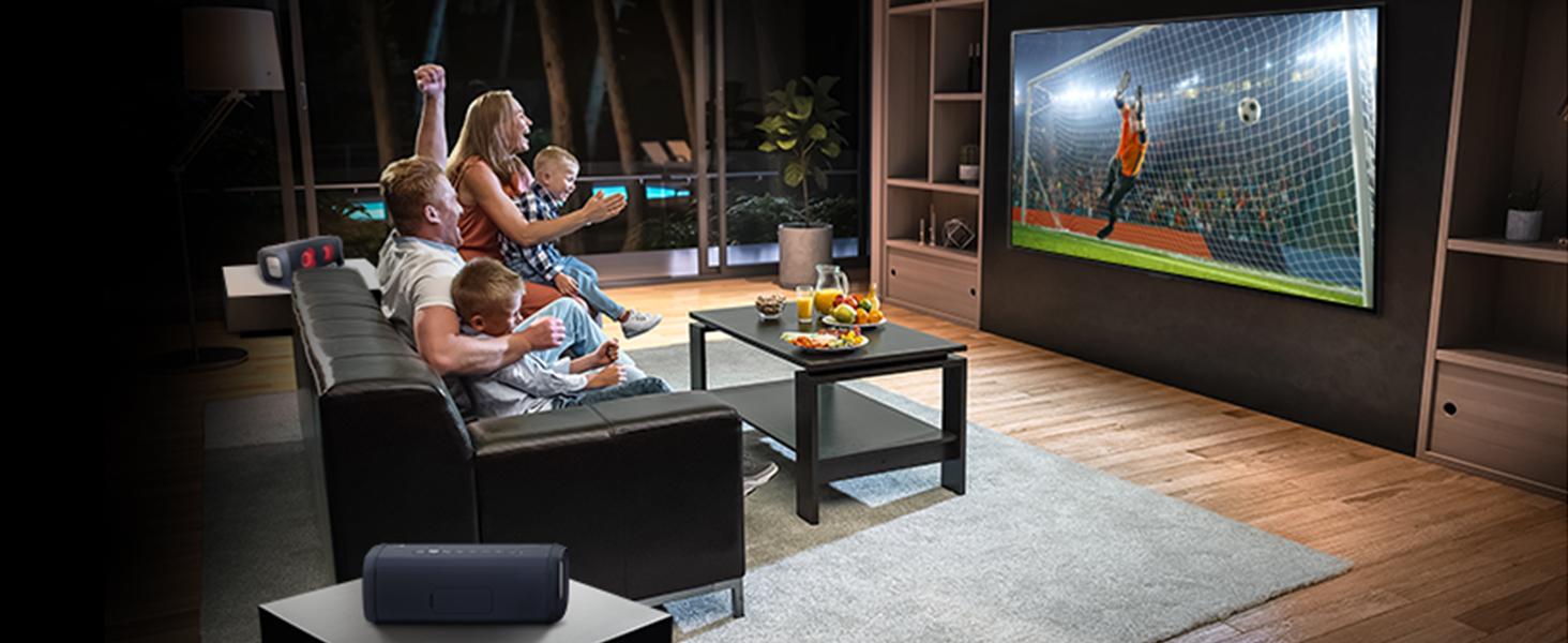 Wohnzimmer mit Familie die zusammen Fußball auf LG TV guckt und jubelt