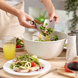 Large serving bowl perfect for salads, rice or pasta dishes and even desserts.