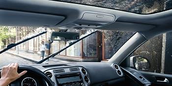 Imagem de um painel de um carro com um vidro com chuva e uma palheta bosch limpando