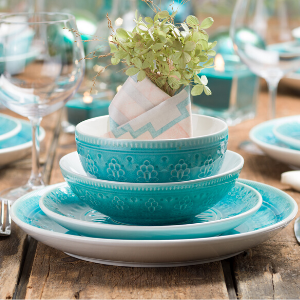These turquoise place settings will set a gorgeous table any season of the year!