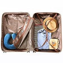 右室がアジャスター固定ベルト、左室がメッシュポケット付きのファスナー仕切りとなっています。 軽量ながらも容量はたっぷり100Lなので、 1週間以上の荷物や、短期旅行なら家族の荷物をまとめて入れられま