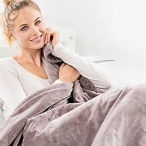 beurer hd 75 applikationsbild kvinna med filt