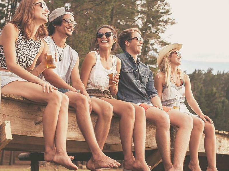 freunde unterwegs draußen party