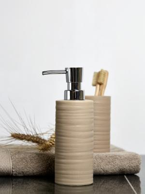 Alle zeepdispensers, tandenborstelbekers en handdoekhouders beschikken over mooie materialen