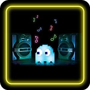Pac-Man Geisterlicht neben großen Lautsprechern