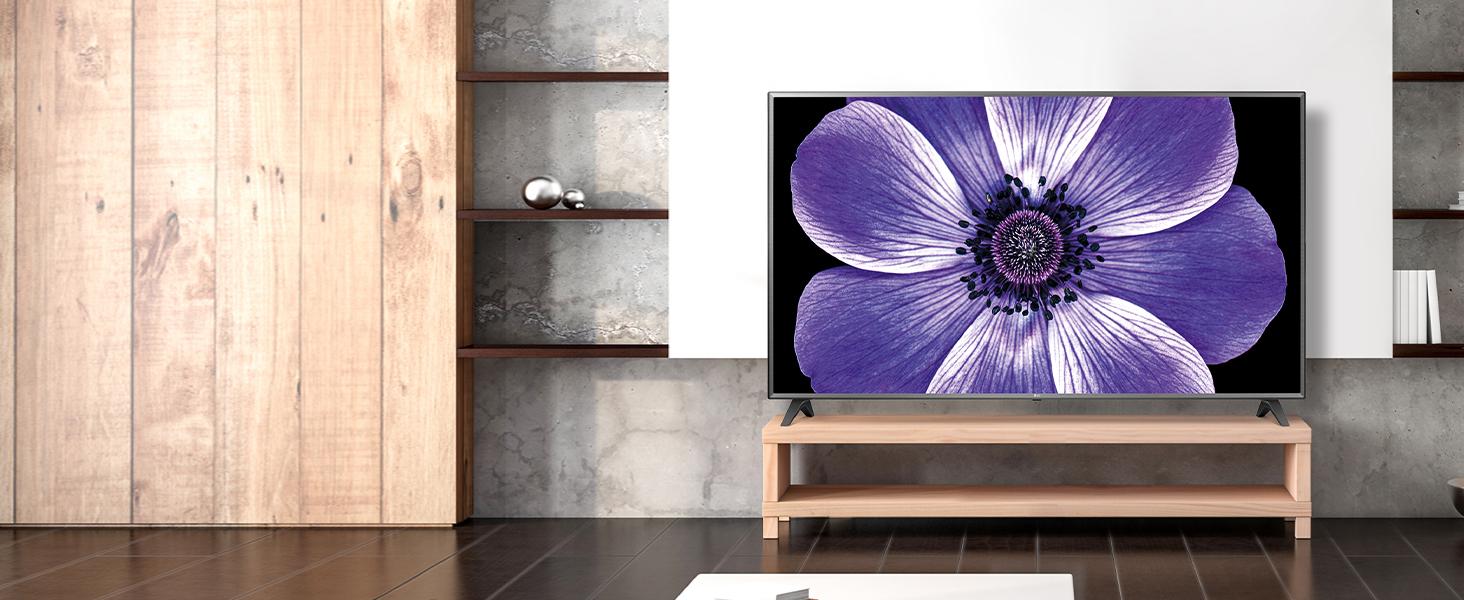 der lg uhd tv hängt in einem modernen wohnzimmer und wird mit starker bildwiedergabe zum blickfang
