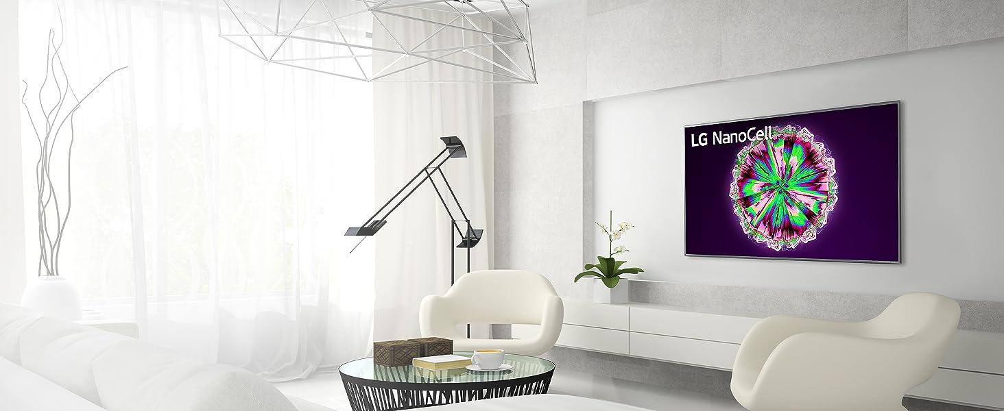 der lg nano79 nanocell tv hängt an der wand in einem hellen modernen wohnzimmer