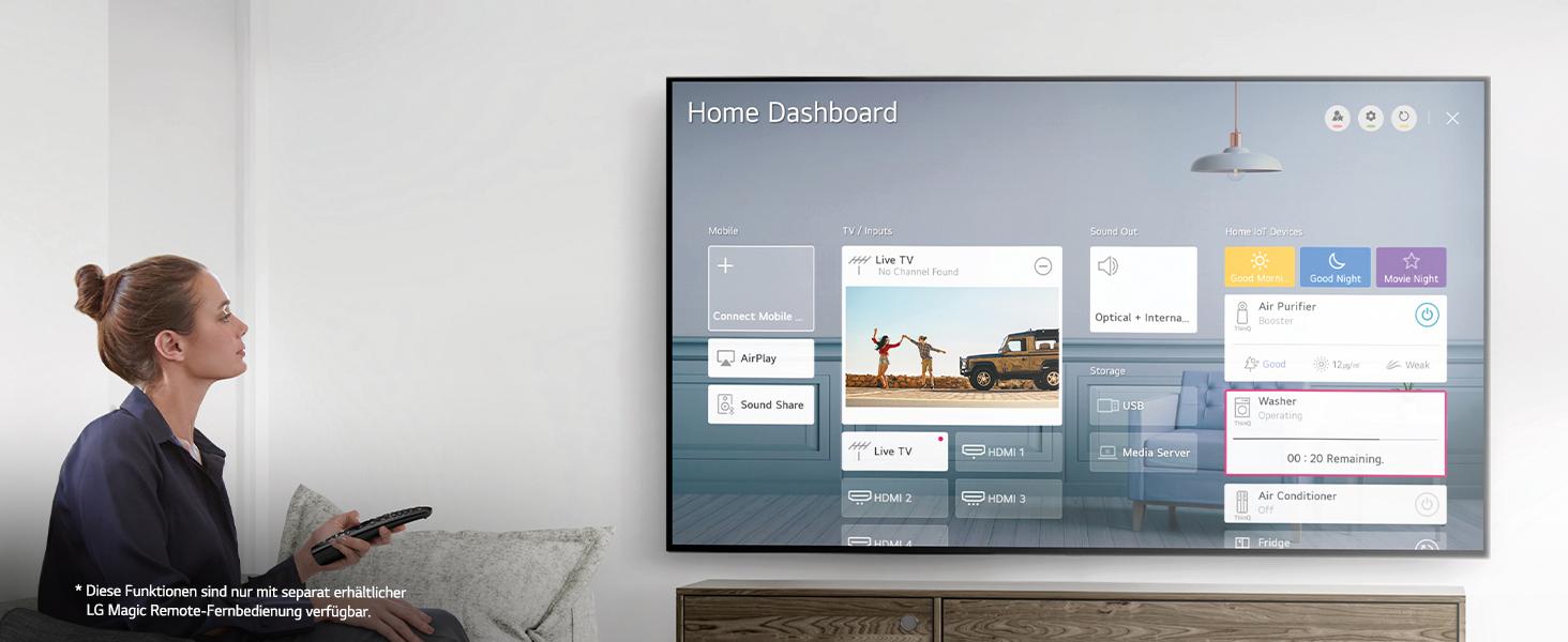 Eine frau sitzt im wohnzimmer, bedient ihr home dashboard auf dem uhd tv mit der magic remote