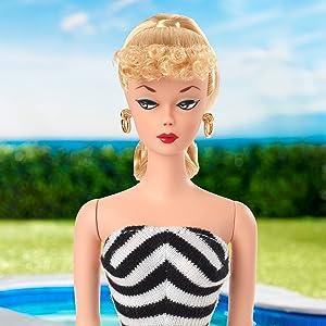 Barbie- Signature, Riproduzione Bambola da Collezione con Costume da Bagno