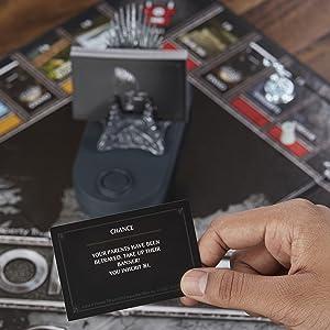 Detalhes de uma das cartas do jogo, decorada com a temática de Game of Thrones