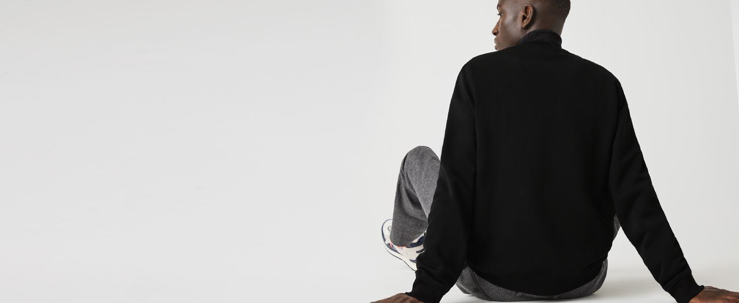 Modelo de espaldas con sudadera de vellón negro Lacoste