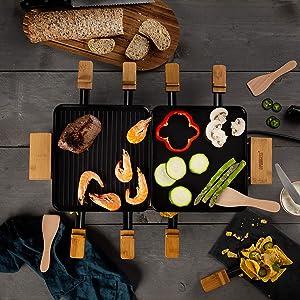 Raclette Princess Pure 8 vue de dessus avec des légumes et de la viande sur la surface de cuisson