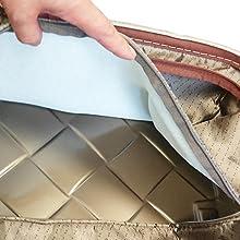 ボディは、タフな旅行にも耐え得る堅牢なポリカーボネートマクロロン100%。 さらに内装の内側には緩衝剤(クッション)を縫い込み、外からも中からも大切な荷物を護る工夫が施され、ドイツメーカーらしいモノ