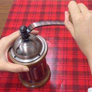 コーヒー豆 珈琲豆 挽く ハンドルを回す ハンドルを廻す 音色 豊かな香り 女性 持ちやすい コンパクト 筒型タイプ