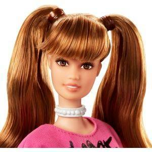 Muñeca Barbie con dos coletas y un vestido de punto con mensaje