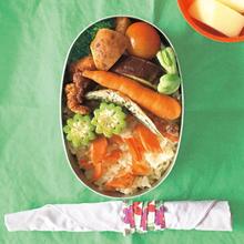 サケのせごはん、鶏の唐揚、小アジの素揚、茹でブロッコリーとそら豆 など