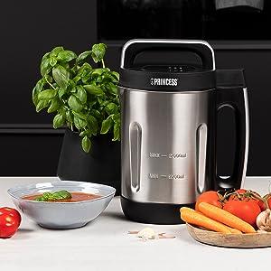 Blender soupe Princess Family XL sur une table de cuisine avec légumes frais & bol de soupe