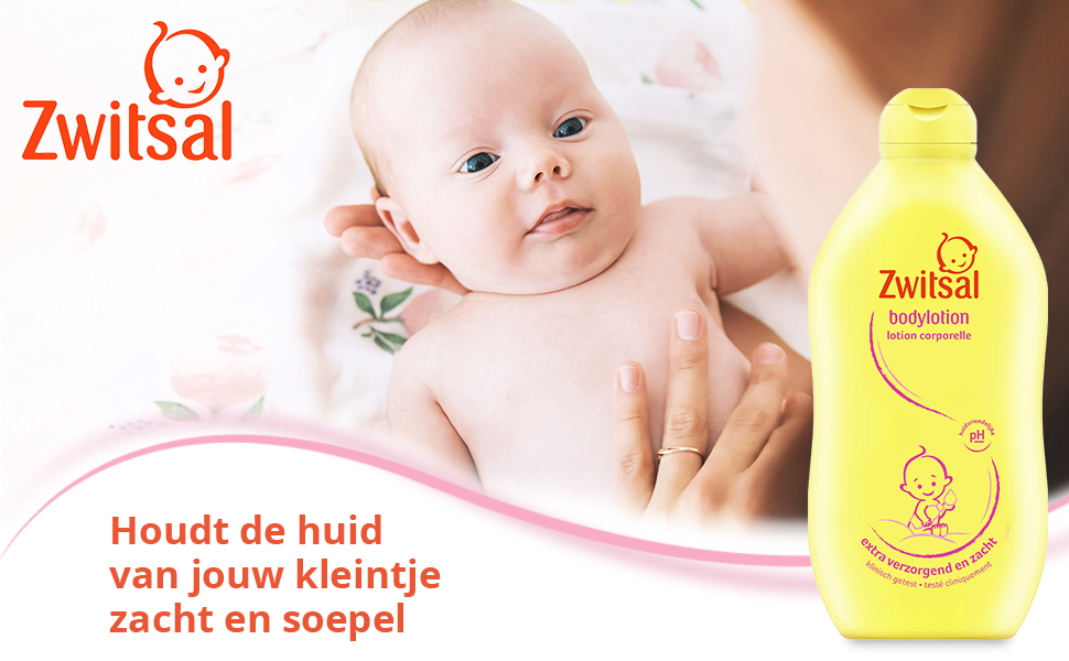 Moeder verzorgt en omarmt baby met Zwitsal Bodylotion flacon voor soepel en zachte huid