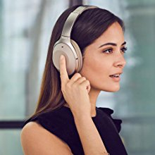 A woman activating the hands-free mode bu double tapping the right headphone