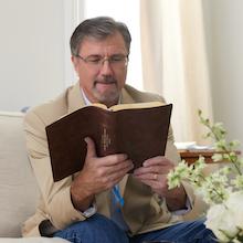 NKJV;Max Lucado; Jesus; NIV;Encouraging Word Bible; Discouragement; Devotional Bible; life lessons;