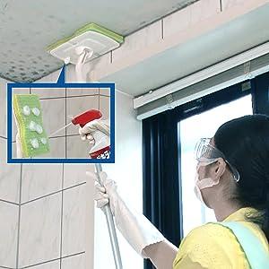 カビキラーを目線より上にスプレーするのは厳禁。柄つきスポンジにカビキラーの液をつけて天井に塗れば、液がたれ落ちることなく安全に使えます。