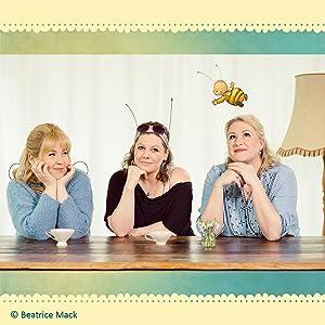 Autorinnen Britta Sabbag und Maite Kelly und Illustratorin Joëlle Tourlonias mit der kleinen Hummel