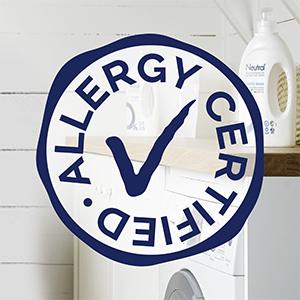 Stempel met 'Allergy Certified' in wit en blauw, met washok en Neutral producten op achtergrond