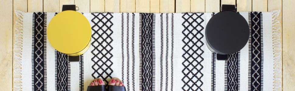 Poubelles à pédales alto jaune et noir et tapis navajo noir et blanc Gelco Design