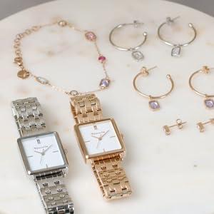 Montres et bijoux sur une table.