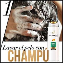 Primero, aplica el champú Pantene Pro-V Suave & Liso sobre el pelo mojado de la raíz a las puntas hasta formar espuma. Aclara y repite si lo deseas.