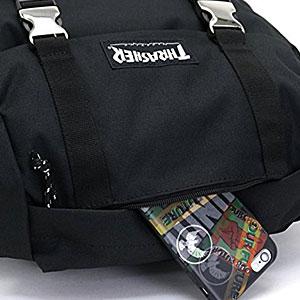小物収納に便利なファスナーポケット