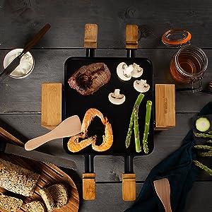 Raclette Princess Pure 4 vue de dessus avec des légumes et de la viande sur la surface de cuisson