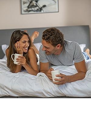 cặp đôi đang uống cà phê trên giường