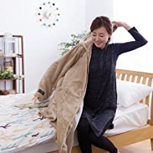 ベッドのそばに着る毛布を置いておけば、起きてすぐあったか