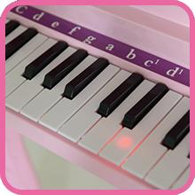 Además tiene luz indicadora en el teclado para que los niños puedan aprender a tocar