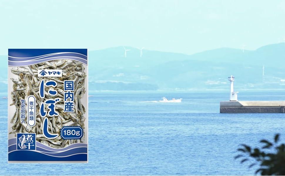 ヤマキ 煮干 商品イメージ画像 (海と商品の画像)