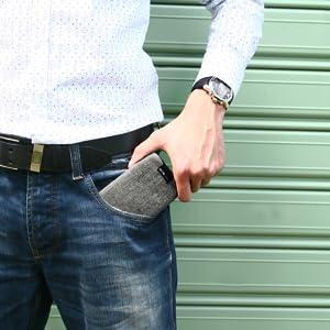 Die Darstellung zeigt einen Mann der die Smartphone Tasche in die Hosentasche steckt.