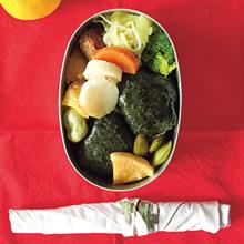 サケおにぎり、鶏とキャベツのくたくた煮(豆もやし、えのき)、長いものオーブン焼き など
