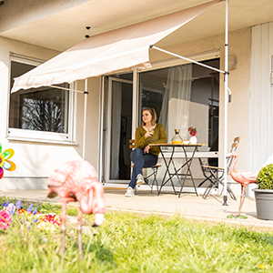 Relaxdays Telescopic Canopy Balcony Sunshade Clamp Awning No Drilling Retractable Adjustable Blue-White Stripes, Width 150 cm
