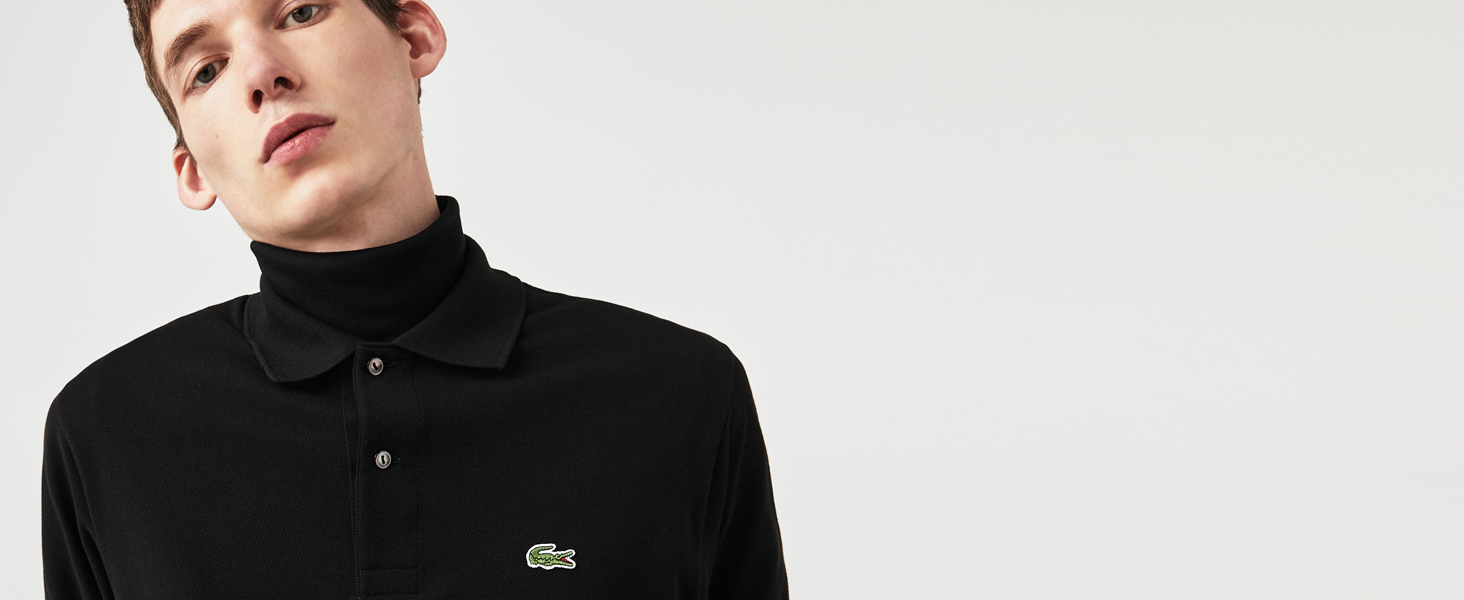 Polo Lacoste nera oversize sopra una t-shirt nera a collo alto