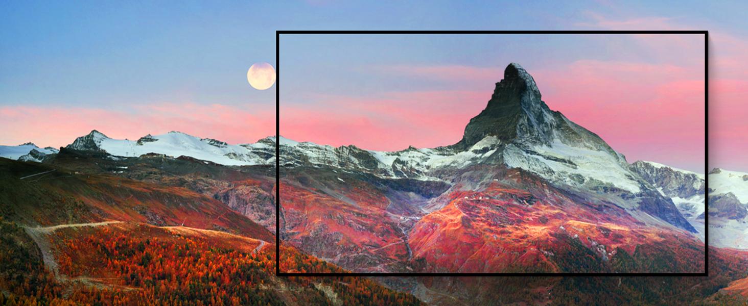 Berggipfel in der Morgenröte, eingerahmt in LG TV Bildschirm, demonstiert Cinema HDR