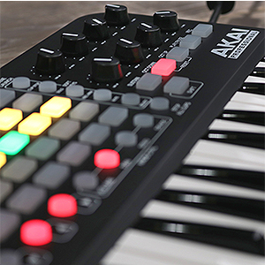 AKAI Professional APC Key 25 - Compact USB Bus-Powered 40-Button Clip  Launcher for Ableton Live with 25-Note Keyboard and 8 Fully-Assignable  Q-Link
