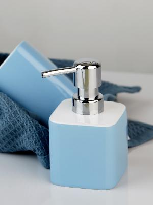 Met kleurintensieve accessoires opvallende accentpunten plaatsen en het bad met vitaliteit vullen.