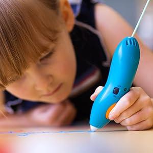enfant utilisant 3doodler stylo 3d