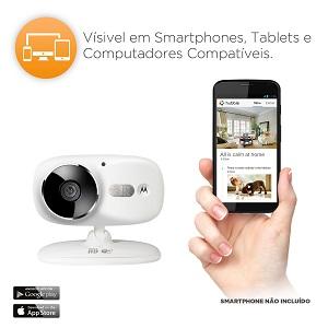 Camera de monitoramento Focus 86 Branca e mão segurando smartphone
