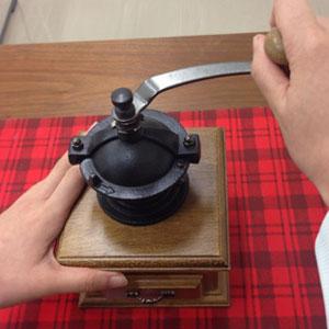 コーヒー豆 珈琲豆 挽く道具 ハンドル 廻す 音色 豊かな香り